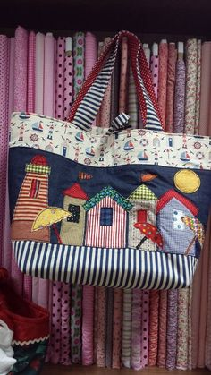 Bolsa linda feita na Patch Retalhos das artesãs Luciana Moretto Arend e Aline Kuster com Fabricart Tecidos Patchwork Quilting, Patchwork Patterns, Patchwork Bags, Purse Patterns, My Bags, Purses And Bags, Quilted Tote Bags, Diy Purse, Denim Bag