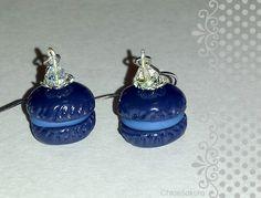 Boucles d'oreille petits macarons myrtille et leur perle : Boucles d'oreille par chloesakura