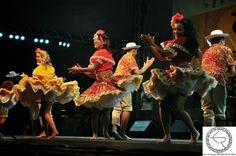 Dança típica das regiões praieiras é conhecida em todo o Norte e Nordeste do Brasil. A maioria dos folcloristas concorda, no entanto, que o coco teve origem no canto dos tiradores de coco, e que só depois se transformou em ritmo dançado. Os instrumentos mais utilizados no coco são os de percussão: ganzá, bombos, zabumbas, caracaxás, pandeiros e cuícas. Para se formar uma roda de coco, no entanto, não é necessário todos estes instrumentos, bastando as vezes as palmas ritmadas dos seus…