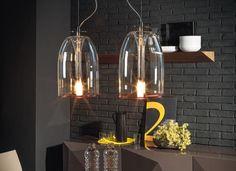 Lámparas Medusa, de vidrio borosilicatado. El diseñador italiano Andrea Lucatello creó las lámparas de vidrio borosilicatado Medusa. Se fabrican en versión colgante, de sobremesa y de lámpara de pie. La pantalla es de vidrio transparente, con el borde inferior en color rojo, al igual que el cordón de la lámpara de sobremesa y la lámpara de pie. Dimensiones.  #Iluminación