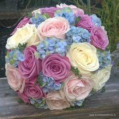 bruidsboeket biedermeier blauw paars wit roze rozen hortensia