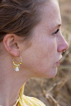 Boucles doreilles jaune, créoles perlées, boucles doreilles pompons, boucles doreilles dété, créoles dorées, bijoux jaune, bijoux dété.  Ces boucles doreilles sont dessinées et fabriquées en France, inspirées par les bijoux ethniques et les talismans. Jutilise des matériaux de