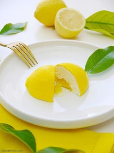 Lemon Shaped Mousse Recipe - lemon & white chocolate mousse shaped in a gorgeous lemon shell, perfect and delicious for a summer party! Easy Summer Desserts, Desserts To Make, Lemon Desserts, Lemon Recipes, Grolet, Lemon Party, Lemon Mousse, Lemon Curd Recipe, White Chocolate Mousse