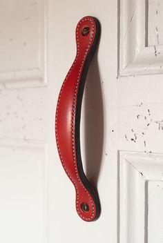 Poignée de porte coulissante en cuir doublé et bombé.