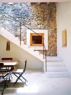 escalera y suelo continuo de cemento
