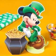 This St. Patrick's Day paper craft is a Mickey Mouse Pot o' Gold, designed by Disney Family Fun. Mickey is showing off just how lucky he is this St. St Patrick's Day Crafts, Crafts For Kids, March Crafts, Kids Diy, Walt Disney, Disney Family, Paper Toys, Paper Crafts, Disney Printables