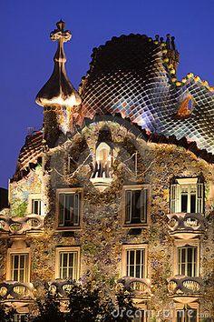 Eine Ansicht der Oberseite der Casen Batllo, ein berühmtes Gebäude in Barcelona, Spanien, konzipiert vom Entwerfer Antonio Gaudi in, was manchmal als Modernisme oder katalanische Kunst Nouveau Architektur gekennzeichnet
