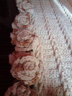 Trilho de mesa todo trabalhado com rosas,  Escolha sua cor e faça sua encomenda!  record de encomendas...faça tbm a sua...  obrigada pela visita!