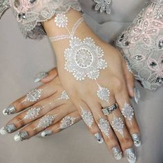 Mehndi Designs That Has Been In Vogue For Centuries – Henna Henna Flower Designs, Wedding Henna Designs, Hena Designs, Best Mehndi Designs, Arabic Mehndi Designs, Mehndi Designs For Hands, Henna Tattoo Designs, Flower Henna, White Henna Tattoo