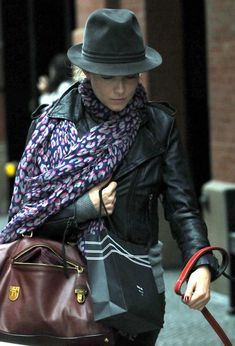 Sienna Miller Fedora - Sienna Miller accessorized with a charcoal fedora for a day out in Soho.