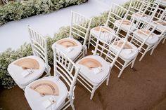Decoração da cerimônia - detalhes com leques para convidados - casamento na praia
