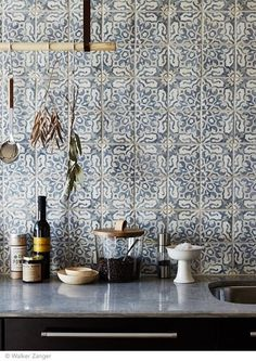 Love the tile for a backsplash. Intricate and delicate pattern on tiles for kitchen backsplash - carreaux ciment carrelage cuisine / Tiles, Kitchen Inspirations, Kitchen Tiles Backsplash, Sweet Home, Kitchen Interior, Kitchen Backsplash Designs, Kitchen Remodel, Trendy Kitchen, Kitchen Dining Room