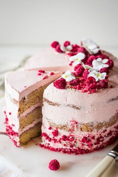 buttery vanilla birthday cake with swiss meringue buttercream & raspberry jam. buttery vanilla birthday cake with swiss meringue buttercream & raspberry jam. Raspberry Frosting, Raspberry Cake, No Bake Desserts, Delicious Desserts, Dessert Recipes, Baking Desserts, Recipes Dinner, Food Cakes, Cupcakes