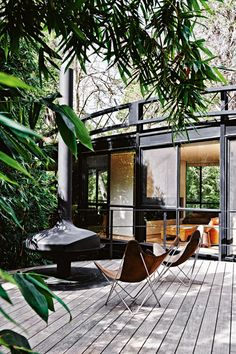 patio vignette from Melbourne's Bridge House, designed by Robin Boyd in Australian architect Stephen Jolson recently completed a thorough renovation of the mid-century landmark. Photo by Lisa Cohen for Vogue Living Australia. Outdoor Rooms, Outdoor Gardens, Outdoor Living, Outdoor Decor, Outdoor Sheds, Indoor Outdoor, Garden Deco, Terrace Garden, Garden Spaces
