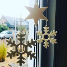 🎄 Viele schmücken ihren Weihnachtsbaum nach dem Nikolaustag. Für ein wenig Inspiration zeigen wir euch die manufra Filzanhänger. Habt ihr euren Weihnachtsbaum schon geschmückt?  Wie wäre es dieses Jahr mit etwas Nachhaltigkeit am Weihnachtsbaum? . . . #manufra #nachhaltigkeit #weihnachtsbaum #weihnachtsschmuck #ökologisch #filzenmachtglücklich #filz #geschenkideen #nikolaus #sterne #eiskristalle #rentiere #noplastic #ethical Candle Sconces, Wall Lights, Candles, Inspiration, Home Decor, Christmas Tree Pictures, Reindeer, Christmas Jewelry, Balloons