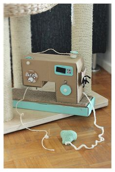 Got cats in the craft studio? Put 'em to work (okay, play) with this awesome sewing machine cat scratcher tutorial! Cardboard Box Crafts, Paper Crafts, Diy Crafts, Paper Art, Animal Projects, Diy Projects, Diy Cat Tree, Cat Scratching Post, Cat Scratcher