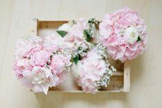 Brautstrauß aus rosafarbenen Pfingstrosen und Brautjungfernsträuße aus rosafarbenen Hortensien bei www.weddingstyle.de| Foto: Irina und Chris Wegelin