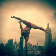 From my photo shoot with @mikeruizone in #newyorkcity a few summers ago for his project #prettymasculine. #Manhatten #empirestatebuilding #empirestateofmind #circuseverydamnday #handstandeverydamnday #circus #photoshoot #shooting #summer #skyline #urban #city #strength #flexibility #yoga #fitness