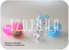 Biberon tarjeta con rollo en pergamino y biberon pequeño para recordatorio. Baby Shower, Children, Handmade Cards, Pergamino, Baby Bottles, Babyshower, Young Children, Boys, Kids