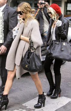 Loves it. Mary Kate Olsen and Ashley Olsen, Paris 2006 Mary Kate Olsen, Mary Kate Ashley, Elizabeth Olsen, Ashley Olsen Style, Olsen Twins Style, Olsen Fashion, Petite Fashion, Curvy Fashion, Style Fashion