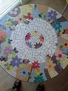 Mosaic table with colorful flowers Mosaic Tile Art, Mosaic Diy, Mosaic Crafts, Mosaic Projects, Mosaic Flower Pots, Mosaic Pots, Mosaic Glass, Glass Art, Stained Glass