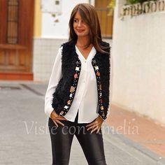 """Novedades en #chalecos! Hoy el modelo """"Hungría"""", de pelo y pedrería. Disponible en granate y negro, tallas S, M y L. Te cambiará cualquier #look. #modaotoño #modamujer #visteconamelia"""