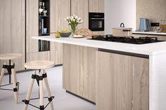 Fronty kuchenne w dębowej okleinie zawsze modne. Tym razem w wersji bielonej, OB 86 dąb belkowy bielony. Powierzchnia zachwyca pięknym, głęboko matowym efektem drewna naturalnego. Table, Furniture, Home Decor, Decoration Home, Room Decor, Tables, Home Furnishings, Home Interior Design, Desk
