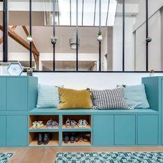 Banquette de couleur avec rangement pour le hall d'entrée #hallwayideas #homedecor #maison #décorationintérieure #décorationmaison