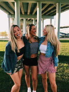 See more of relatablemoods's VSCO. Bff Goals, Best Friend Goals, Picture Poses, Photo Poses, Friend Poses, Instagram Pose, Bff Pictures, Best Friend Pictures, Cute Friends