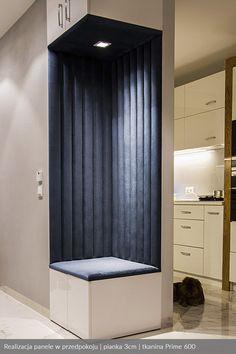Panele tapicerowane w przedpokoju wykonane z tkaniny obiciowe Prime 600. Gładkie siedzisko i górna część z oświetleniem wydobywającym głębie koloru i struktury z tkaniny. Wnęka tapicerowana z użyciem pianki 3cm.  #paneletapicerowane Bedroom Wall Designs, Bedroom Cupboard Designs, Hallway Designs, Closet Designs, Master Bedroom Plans, Flur Design, Padded Wall, Wardrobe Room, Bar Interior Design