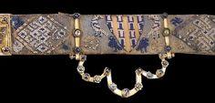 Aus Las Huelgas stammt der Gürtel des kastilischen Kronprinzen Ferdinand de la Cerda, 13. Jh.. Zwei Borten wurden mit einander vernäht. Das untere Band aus Seide-Köperbindung mit diagonal-Goldfäden. Die obere Borte besteht ausschließlich aus Goldfäden und ist mit einem aufwendigen Besatz aus blauen und weißen Glasperlen verziert. Gestickte Muster bedecken die Zwischenräume, die mit vergoldeten Beschlägen voneinander getrennt sind. Figürliche und ornamentale Muster wechseln sich ab.