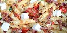 En skøn pastasalat med pesto, bacon og feta.