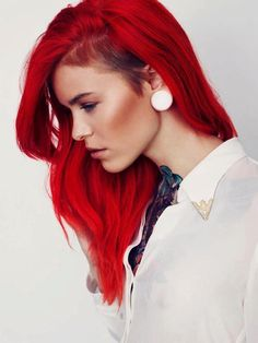 Dye your hair simple & easy to red hair color - temporarily use red hair dye to achieve brilliant results! DIY your hair red with hot red hair chalk Fiery Red Hair, Bright Red Hair, Bright Hair Colors, Red Hair Color, Red Color, Hair Colours, Colorful Hair, Color Shades, Bright Pink