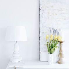 """Vorfrühlingen   Gibt es ein Verb zum Frühling? Also ein Wort für """"Frühling machen""""? Quasi als Medizin gegen graues Wetter und extrem verschnupfte Nasen? Wie auch immer: Die hübschen Tulpen hat mir mein Mini geschenkt #hach #liebeliebeliebe  . A little spring-ish corner at home... . . #feelslikespring #springisintheair #home #homedecor #living #livingroom #tv_living #interior #interiorlove #interiør #interiordesign #interioraddict #heimatecken #solebich #shelfie #expressmyshelf #flowers…"""