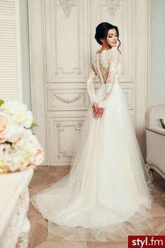Koronkowa suknia ślubna.