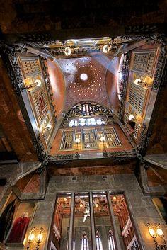 Palau Güell, uno de los primeros trabajos de #Gaudi http://www.viajarabarcelona.org/lugares-para-visitar-en-barcelona/palacio-guell/ #Barcelona #Modernismo