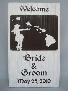 ハワイ、マウイ、オアフ、カウアイ、モロカイ、ラナイ、ニイハウ、カホオラウェの島の地図をバックに華麗に踊るフラガールを配置したウェルカムボード。 #ハワイ #ウェルカムボード #wood  #sign #wedding