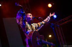 """Liebe mindartisten, """"Musik ist irgendwie göttlich, sie ist meine Religion"""", berichtet Sängerin Ayo in der Nummer 1! Mit dem großen Sommerhit »Down on my knees« ihres Debütalbums »Joyfull« katapultierte sich Ayo 2006 in Deutschland über viele Wochen in die Charts. Demnächst mehr in der neuen """"mindart"""". Foto: Sife El Amine"""