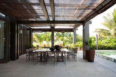 Esta linda casa de praia em Trancoso, Bahia, projetada pela arquiteta Debora Aguiar traz elementos contemporâneos ao estilo rústico. De linhas retas e com