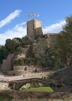 La Torre Na Valora es uno de los pocos testimonios que se conservan de las murallas medievales que rodeaban La Vila, cuya construcción se llevó a cabo a lo largo de la segunda mitad del siglo XIII. Rehabilitada en el año 2002, su situación estratégica permite un amplio dominio visual sobre el río Riquer y la partida dels Tints. #Alcoy #Alcoi #Lugaresdeinterés