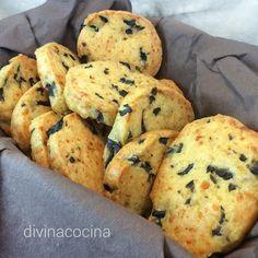 Con esta receta de galletas saladas de queso y aceitunas resultan unas galletas muy crujientes y aromáticas, perfectas para acompañar aperitivos salados.
