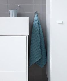 The slender ceramic edges of the Vero-Air furniture washbasin are reflected on the thin side walls of the Brioso vanity units and cabinets. Next Bathroom, Family Bathroom, Bathroom Hooks, Small Bathroom, Bathrooms, Cabinet Trim, Dream Bath, Style Finder, Create A Family