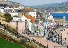 Lyme Regis in Dorset (Photograph by Eugene Birchall) The South Coast of England does not suffer from the lack of lovely seaside towns, with. England Uk, Dorset England, Dorset Beaches, Torquay Devon, Places To Travel, Places To Visit, Weymouth Dorset, Exeter Devon, Fossil Hunting