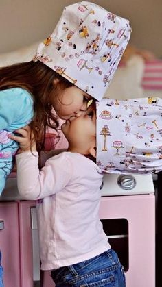 Tiny kissing cooks