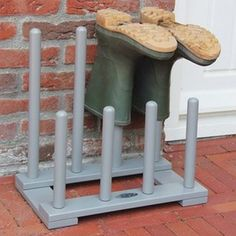 Featuring a simple design and a painted finish, this boot rack provides the perfect place to store muddy wellies.Bring a touch of country style to your home with this classic boot rack. Featuring space for four pairs of boots, it is perfect in your porch or utility room.