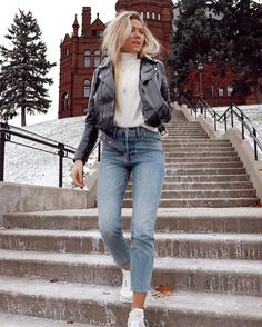 Classy And Trendy Winter Outfits You Need Now. 15 Trendy Autumn Street Style Outfits For This Year - fall outfits Mode Outfits, Casual Outfits, Black Outfits, Outfit With White Sneakers, Jean Outfits, Cap Outfits For Women, Outfits With Mom Jeans, Tshirt And Jeans Outfit, Light Jeans Outfit