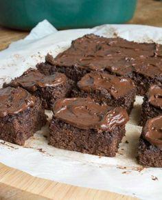 Brownies de quinua y chocolate sin azúcar en una olla de cocción lenta