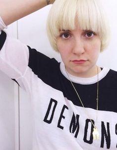 Depuis deux ans environ elle compte parmi les créatrices les plus novatrices de séries télé. Lena Dunham, petit bout de femme au sourire ravageur et au naturel déconcertant a créé la surprise ce week-end sur Instagram en postant un selfie pour le moins inattendu accompagné de la légende « Change is good ». http://www.elle.fr/Beaute/News-beaute/Beaute-des-stars/Lena-Dunham-a-ose-la-coupe-au-bol-2748520