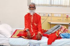 Prahlad Jani Claims to Have Not Eaten or Drank Any Liquids For 70 Years. Science Examines Him Indian Man, Alternative Health, Alternative News, Alternative Medicine, Blond, Sari, Leather Jacket, Drinks, How To Make