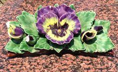 Prachtige viool van keramiek op een begraafplaats in Zuid Frankrijk. Deze bloem blijft altijd bloeien. Beautiful Ceramic Violet on the Cemetery. This flower blooms forever (Southern France July 2013)